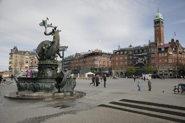Фонтан-скульптура «Бик, що роздирає дракона»
